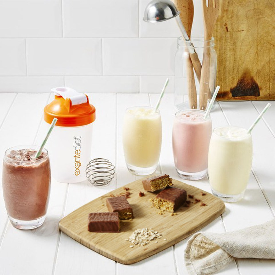 Utilisez des boissons diététiques spéciales, des shakes et des barres de repas pour aider votre régime de perte de poids